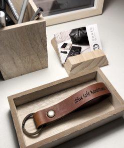 houten bureauset en leren sleutelhanger